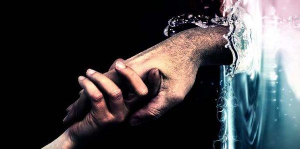 Две руки тянут друг друга
