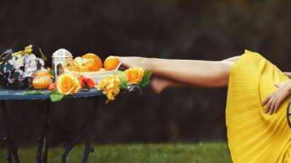 Ноги на столе с фруктами