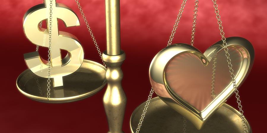 Весы со знаком доллара и сердце