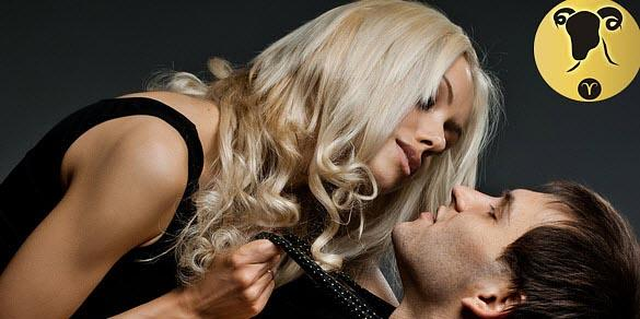 Девушка держит мужчину за галстук