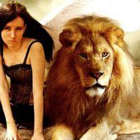 Привлекательная девушка и Лев