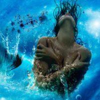 Женщина Рыба в волне