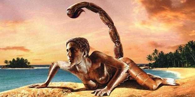 Женщина Скорпион на песке