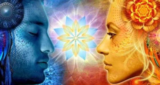Необычные мужчина и женщина смотрят друг на друга