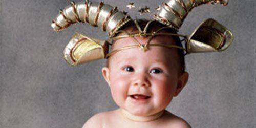 Маленький ребенок с рогами